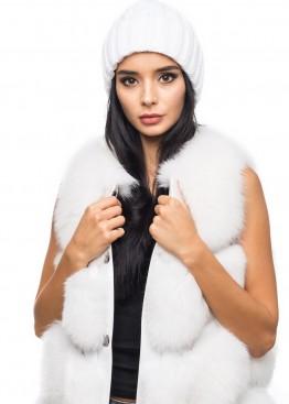 Белая вязаная шапка  с узором из кос