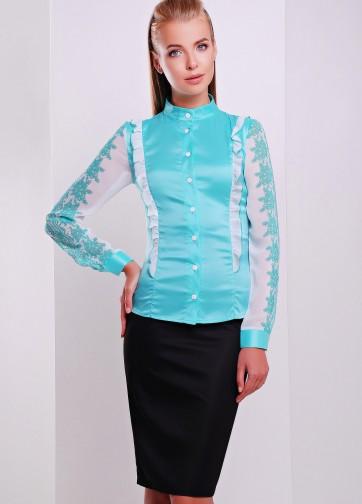 Облегающая блузка с воротником-стойкой и мятным ажурным узором на рукаве