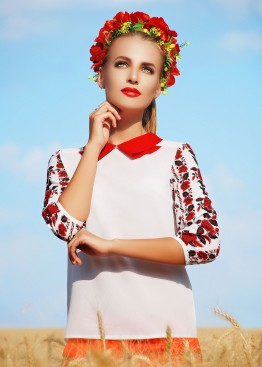 Блузка с красным отложным воротником и черно-красным принтом на рукавах