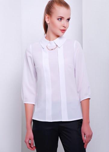 Блузка свободного кроя с рукавом три четверти и золотой цепочкой
