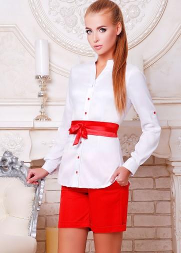 Удлиненная блузка с воротником-стойка и атласным поясом