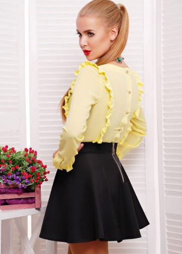 Шифоновая блузка с рюшами и застежками-пуговицами на спинке