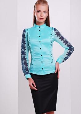 Мятная облегающая блузка с черным ажурным узором на рукаве