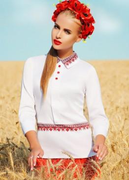Белая блузка с отложным воротником и черно-красным принтом на поясе