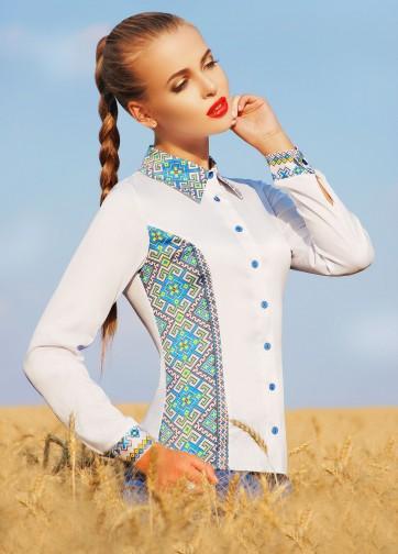 Блузка облегающего силуэта с длинным рукавом и голубым украинским орнаментом