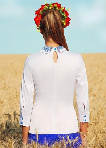 Белая блузка с отложным воротником и синим принтом на поясе