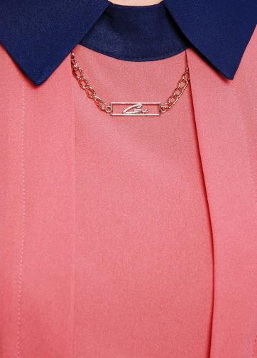 Блузка свободного кроя без рукава с золотой цепочкой