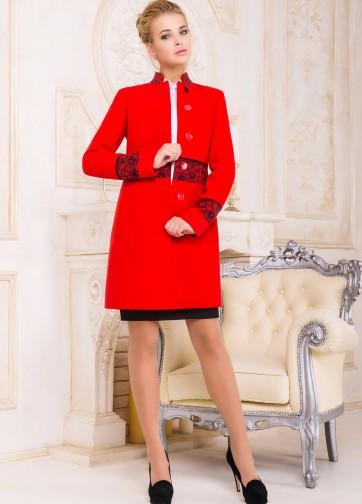 Пальто приталенного кроя с воротником-стойкой и кружевным узором