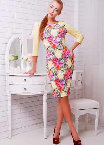 Светло-желтое облегающее платье с рукавом три четверти и цветочным принтом