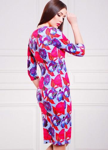 Полуприлегающее платье-миди с прямоугольным вырезом и пионами на голубом фоне