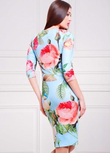 Нежно-голубое полуприлегающее платье с розами и прямоугольным вырезом