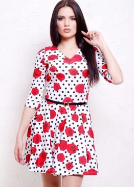 Приталенное платье со складками в горошек с красными розами и V-образным вырезом