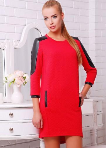 Платье прямого кроя с карманами и кожаными вставками на рукавах