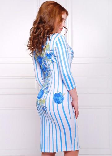 Белое облегающее платье в вертикальную полоску с синими розами