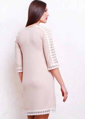 Трикотажное платье-трапеция с ажурными вставками на рукаве и подоле
