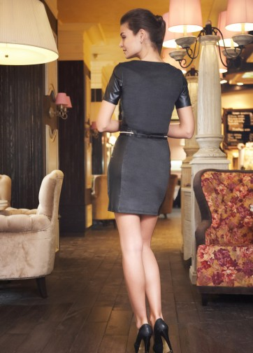 Темно-серое платье с коротким рукавом и боковыми вставками из кожи