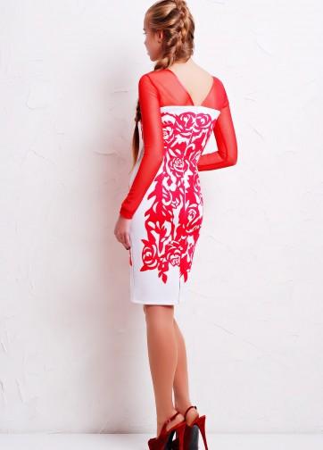 Белое облегающее платье с красными розами и рукавом из сетки
