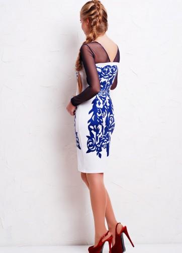 Белое облегающее платье с темно-синими розами и рукавом из сетки