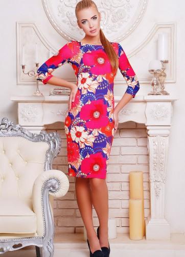 Фиолетовое платье-футляр с ярко-розовыми цветами и рукавом три четверти