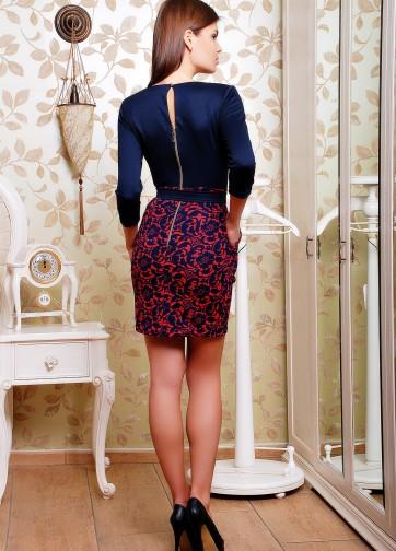 Платье-футляр с заостренным вырезом горловины и узорной юбкой