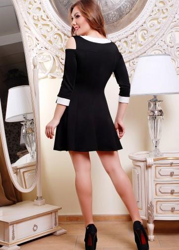 Платье с вырезами на плечах и вставками из экокожи