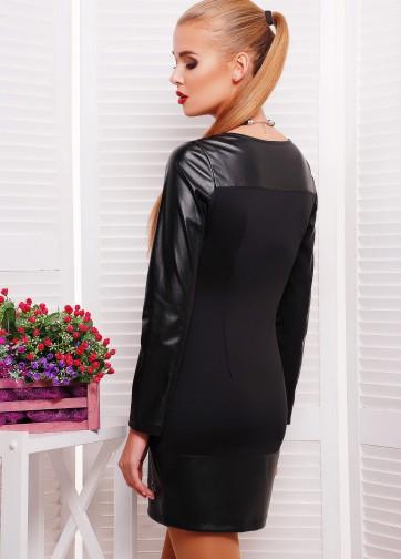 Черное мини-платье с кожаными рукавами и перфорацией на подоле