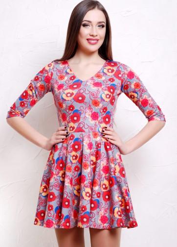 Серое приталенное платье с маками со складками и V-образным вырезом
