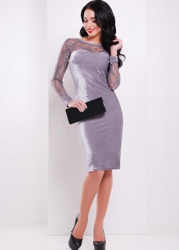 Велюровое облегающее платье-миди с гипюровым рукавом