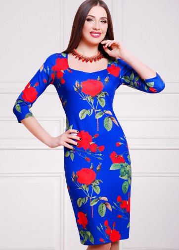 Синее полуприлегающее платье-миди с красными розами и прямоугольным вырезом