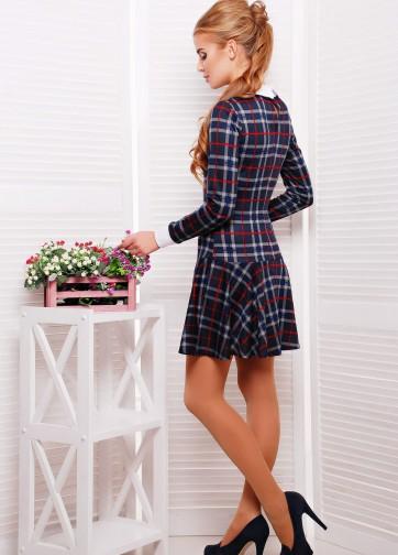 Клетчатое платье с заниженной талией и широким отложным воротником