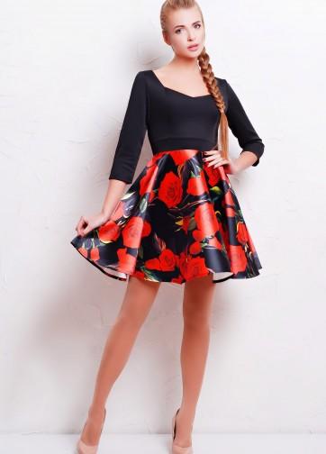 Приталенное платье с расклешенной юбкой и сердцевидным вырезом