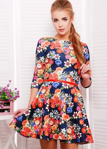 Цветочное приталенное платье со складками из стеганного дайвинга и тонким ремешком