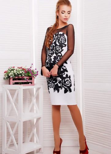 Белое облегающее платье с черными розами и рукавом из сетки