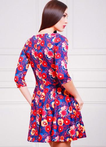Синее приталенное платье с маками со складками и V-образным вырезом
