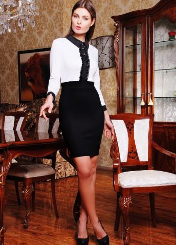 Черно-белое платье с воротником и кружевными вставками