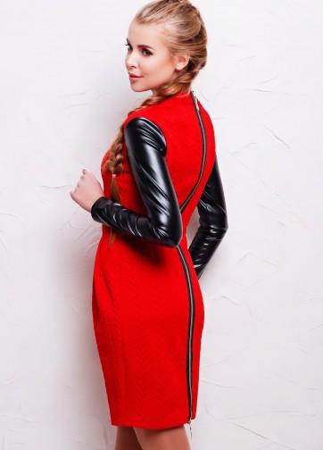 Приталеное платье с кожаным длинным рукавом и длинной молнией сзади