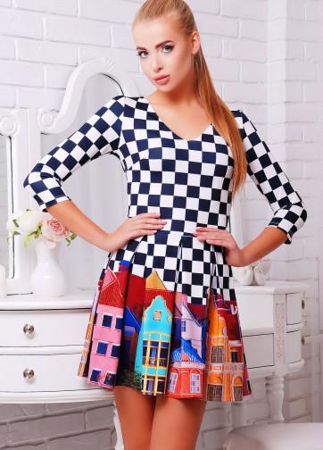 Приталенное платье со складками и с шахматно-городским принтом