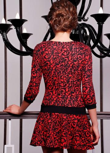 Платье с рукавом три четверти и расклешенной юбкой на бедрах