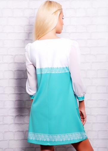 Мятное платье-трапеция с белым шифоновым рукавом и кружевом