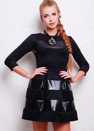 Коктейльное приталенное платье-мини с кожаными горизонтальными полосками