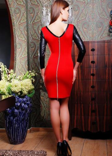 Обтягивающее платье с глубоким вырезом на спине и рукавом из экокожи