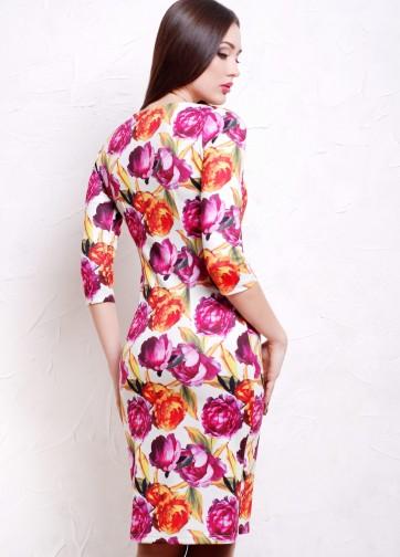 Полуприлегающее платье-миди с прямоугольным вырезом и пионами на белом фоне
