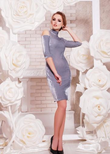 Облегающее велюровое платье с вырезами на плечах