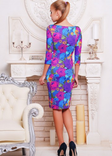 Цветочное облегающее платье в фиолетовых тонах с рукавом три четверти
