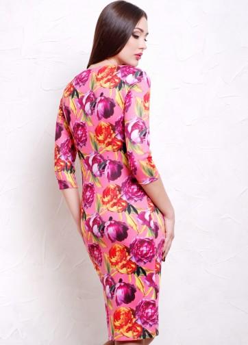 Полуприлегающее платье-миди с прямоугольным вырезом и пионами на розовом фоне