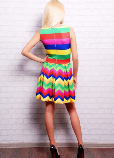 Приталенное платье без рукава со складками и радужным принтом