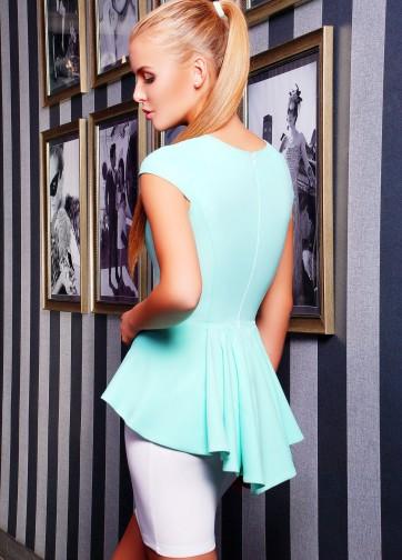 Роскошный костюм из облегающей юбки и блузки с ассиметричной баской